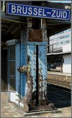 Bahnhofsschilder/27593/waere-es-ein-zug-wuerde-man Wäre es ein Zug, würde man klar eine Flankenfahrt vermuten, aber dieser Pfosten steht in Bruxelles Midi mitten auf dem Bahnsteig. 30.05.09 (Jeanny)