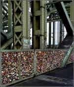 sonstiges/122816/die-hohenzollernbruecke-in-koeln-ist-zugekleistert Die Hohenzollernbrücke in Köln ist zugekleistert mit Schlössern, welche Liebespaaare hier anbringen und die dazugehörigen Schlüssel landen im Rhein. 20.11.2010 (Jeanny)