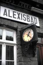 sonstiges/57534/bahnhofsschild-und-uhr-am-bahnhof-alexisbad Bahnhofsschild und Uhr am Bahnhof Alexisbad aus Naturstein, am 02.11.1999.