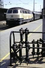 sonstiges/57536/215-001-9-hat-am-09071982-noch 215 001-9 hat am 09.07.1982 noch einen Dampfheizkessel für die Wagenheizung. Da die Kupplungen für die Dampfheizung im Sommer nicht benötigt werden, werden bzw. wurden diese in Ulm auf den Bahnsteigen in Ständern wie im Vordergrund bereit gehalten.