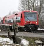 Bahnubergange/55925/die-schranke-des-bahnuebergangs-in-gerlenhofen Die Schranke des Bahnübergangs in Gerlenhofen wird noch mit der Handkurbel geschlossen und geöffnet. Dazu passend gibt es die alten Läutewerke an der Schranke. Für das Foto mit einem besseren Kontrast für das Läutewerk habe ich auf die Durchfahrt des Zuges gewartet, hier der 650 322, am 20.02.2010.