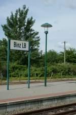 Bahnhofsschilder/42009/bahnhofsschild-von-binz-lb-lokalbahn-bzw Bahnhofsschild von Binz LB (Lokalbahn, bzw. des 'Rasenden Rolands) und eine 'moderne' Pilzlampe.  Juni 2009