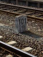 Hektometertafeln/23647/jahrzente-lang-gehoerten-die-hektometertafeln-aus Jahrzente lang gehörten die Hektometertafeln aus Stein zum Alltag. Die durch '2 teilbaren Kommastellen' wurden mittlerweise durch Kunststoffschilder ersetzt. An der ein oder anderen Stelle ist aber noch ein 'ungerader' Kilometer stehen geblieben, wie hier im Bahnhof Gerolstein - 101,1 km von Hürth-Kalscheuren (bei Köln) entfernt, wo die Eifelstrecke von der linken Rheintalstrecke abzwiegt. Mai 2009