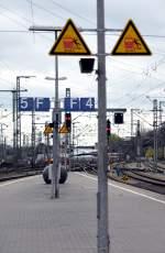 Hinweisschilder/136917/die-schilder-sind-bei-genauer-betrachtung Die Schilder sind bei genauer Betrachtung etwas widersprüchlich: das jeweils gleich zwei Schilder an gleicher Stelle vor dem Stürzen, jedoch nur für eine mögliche Fallrichtung warnen! Dann ist es nicht unbedingt üblich, den Bahnsteigabschnitt mit F 4 zu bezeichnen.  Wenn auch, jeder versteht es - aber kaum einer bemerkt es. Nürnberg, am 04.04.2011.