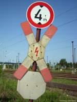 Hinweisschilder/15545/erst-auf-den-letzten-blick-wird Erst auf den letzten Blick wird der Autofahrer auf das Stoppschild am Bahnübergang aufmerksam. Dazu kommt noch 1,5 Meter Sicherheitsabstand zwischen Oberleitung und Lkw. Rbf Wustermark, Tag der offenen Tür, Mai 2009