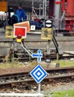 Hinweisschilder/99544/durch-die-baustelle-fuer-den-fussgaengersteg Durch die Baustelle für den Fußgängersteg in Ulm und die Bombenexplosion sind die Bahnsteiggleise 25 bis 28 verkürzt und duch Schilder und Prellbock gesichert, Foto am 30.09.2010.