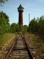 Gleise und Weichen/15890/viele-wege-fuehren-ins-nichts-dahinter Viele Wege führen ins nichts.  Dahinter steht, mitlerweile mitten im Wald, der stillgelgete Wasserturm vom Rbf Wustermark. Tag der offenen Tür, Mai 2009