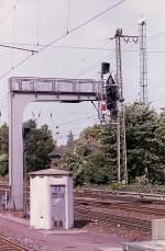 Signale und Sicherheitstechnik/10663/signalbruecke-mit-davorne-noch-ein-haeuschen Signalbrücke mit davorne noch ein Häuschen. Münster 04-08-1992.