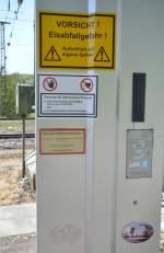 Signale und Sicherheitstechnik/160030/beschriftung-der-steigschutzeinrichtung-an-der-funkmastanlage Beschriftung der Steigschutzeinrichtung an der Funkmastanlage beim alten Bahnhof Westerstetten, am 06.05.2011. Der Modellbahnaufkleber von TRIX gehört allerdings wohl nicht dazu.