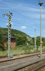Signale und Sicherheitstechnik/23376/ausfahrsignal-von-hinten-und-nocheinmal-eine Ausfahrsignal von hinten und nocheinmal eine Pilzlampe in Sassnitz.  (Juni 2009)