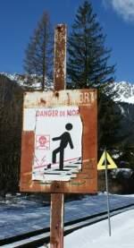 Hinweisschilder/12900/das-urspruengliche-schild-ist-seit-langem Das ursprüngliche Schild ist seit langem verbleicht und auch das darüber geklebte könnte eine Auffrischung gebrauchen.  Warung vor den Gefahren der Stromschiene in Chamonix (12. März 2009)