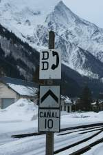 Signale und Sicherheitstechnik/56812/anstelle-der-ueblichen-signale-zieren-solche Anstelle der üblichen Signale, zieren solche Kommunikations- Hinweisschilder die Alpen-Metro Strecke von Vallorcine nach St- Gervais.  Dieses Bild entstand am 12.03.2009 in Chamonix.