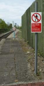 schilder/67079/irgendwo-hoert-jeder-bahnsteig-auf-auch Irgendwo hört jeder Bahnsteig auf, auch in Cardiff Bay, die Frage ist nur, bei welchem Schild...