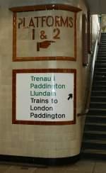 schilder/67166/zu-den-gleisen-1-und-2 Zu den Gleisen 1 und 2 geht es die Treppe rauf. Cardiff Central Station am 28. April 2010.