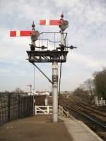 Signale und Sicherheitstechnik/2783/doppelfluegel-signal-in-st-erthkann-neben-halt Doppelflügel-Signal in St Erth. Kann neben Halt - hier im Bild - auch freie Fahrt und Langsamfahrt anzeigen.