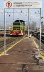 sonstige/10962/wenn-meine-italienisch-und-englisch-kenntnisse Wenn meine italienisch (und englisch) Kenntnisse richtig sind, interpretiere ich dieses Schild in der Hinsicht, dass man bis zu Ende des Bahnsteiges weitergehen darf und nicht schon beim Schild stehen bleiben muss.  Domodossola, den 18. Februar 2009