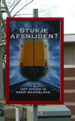 Verbots-und Warnschilder/10665/nicht-die-gleise-als-spazierweg-benuetzen Nicht die Gleise als Spazierweg benützen fotografiert in Leiden am 14-02-2009.