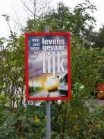 Verbots-und Warnschilder/125741/lebensgefahr-hier-nicht-fuer-eine-spaziergang Lebensgefahr! Hier nicht für eine Spaziergang gehen! Fotografiert in Leiden am 07-11-2010.
