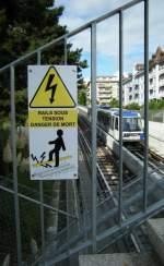 Verbots-und Warnschilder/1195/obwohl-nur-einsprachig-beschriftet-zeigt-die Obwohl nur einsprachig beschriftet, zeigt die Warntafel bildlich ganz genau, wie lebensgefährlich Starkstrom sein kann. M2 in Lausanne am 4. Oktober 2008