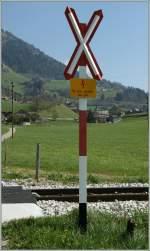 Verbots-und Warnschilder/136788/ein-andreaskreuz-sichert-den-bahnuebergang-bei Ein Andreaskreuz sichert den Bahnübergang.  Bei Rougemont, den 16. April 2011