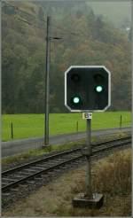 Signale und Sicherheitstechnik/100047/das-ausfahrforsignal-b-von-obermatt-steht Das Ausfahrforsignal (B*) von Obermatt steht, sonst unüblich, mitten im 'Bahnhof'.  18. Oktober 2010
