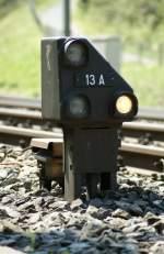 Signale und Sicherheitstechnik/15247/das-zwergsignal-13-a-bei-flueelen Das Zwergsignal 13 A (bei Flüelen) zeigt einen 'kaputten' Signalbegriff. Da eine Lampe links oben oder links unten nicht leuchtet, muss der Lok- bzw. der Rangierleiter beim Fahrdienst melden. 14. April 2009