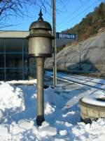 Signale und Sicherheitstechnik/2111/eine-ablaeuteglocke-in-hohtenn-frueher-verkuendeten Eine Abläuteglocke in Hohtenn. Früher verkündeten auf den Bahnhöfen in der Schweiz solche Abläuteglocken die Abfahrt des kommenden Zuges auf der Nachbarstation. Nach dem Ertönen des dumpfen Glockenklangs konnten rechtzeitig Weichen und Signale gestellt werden und der Zug sicher und planmäßig in die Station einfahren.  29. Januar 2007