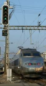 Signale und Sicherheitstechnik/4350/ausfahrsignal-in-lausanne-geschwindigkeits-ausfuehrung-60-kmh Ausfahrsignal in Lausanne, Geschwindigkeits-Ausführung 60 km/h, Fahrbegriff 3. Das kleine, rechteckige Signal darunter gibt dem Lokführer in der hier zu sehenden Stellung den Abfahrtsbefehl, wird aber in anderen Kombination auch als Bremsprobesignal benutzt. 16. Nov. 2008