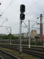 Signale und Sicherheitstechnik/28021/das-hier-sieht-aus-wie-ein Das hier sieht aus wie ein Hauptsignal. Ob das ach ein Hauptsignal is kann ich leider nicht sagen. Fotografiert in Lviv am Hbf 02-06-2009.